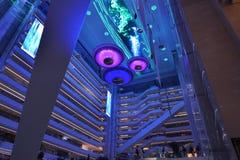 Moderne pleinzaal ï ¼ ŒLED op het gebouw van het ceilingï¼ bureau Œmodern, moderne bedrijfs de bouwzaal, binnen de commerciële bo Royalty-vrije Stock Afbeeldingen