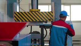 Moderne Presse der Produktion für Plastikfliese in Anlage stock footage