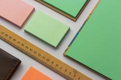 Moderne Proben des Briefpapiers, der Notizbücher, der Aufkleber und der Bleistifte Stockbild