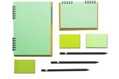 Moderne Proben des Briefpapiers, der Notizbücher, der Aufkleber und der Bleistifte Stockfotos