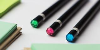 Moderne Proben des Briefpapiers, der Notizbücher, der Aufkleber und der Bleistifte Lizenzfreie Stockfotos