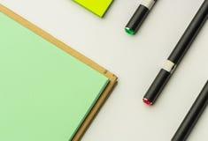 Moderne Proben des Briefpapiers, der Notizbücher, der Aufkleber und der Bleistifte Stockbilder