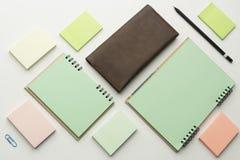 Moderne Proben des Briefpapiers, der Notizbücher, der Aufkleber und der Bleistifte Stockfotografie
