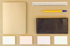Moderne Proben des Briefpapiers, der Notizbücher, der Aufkleber und der Bleistifte Lizenzfreies Stockfoto