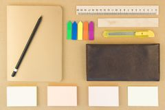 Moderne Proben des Briefpapiers, der Notizbücher, der Aufkleber und der Bleistifte Lizenzfreie Stockfotografie