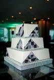 Moderne quadratische Hochzeitstorte in der High-Techen Art Stockfoto