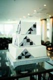 Moderne quadratische Hochzeitstorte in der High-Techen Art Lizenzfreie Stockfotos