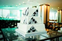 Moderne quadratische Hochzeitstorte in der High-Techen Art Lizenzfreie Stockfotografie