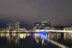 Moderne Radfahrer Brücke und Gemini Residence in Kopenhagen bis zum Nacht Lizenzfreies Stockbild