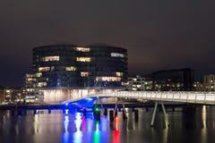 Moderne Radfahrer Brücke und Gemini Residence in Kopenhagen bis zum Nacht Lizenzfreie Stockfotografie