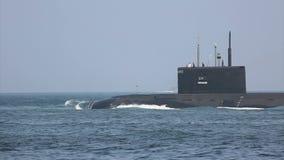 Moderne raketonderzeeër op zee stock footage