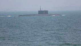 Moderne raketonderzeeër op zee stock video