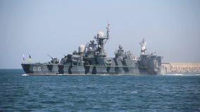 Moderne raketschepen voor militaire zeeparade stock video