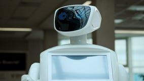 Moderne robotachtige technologieën De robot bekijkt de camera bij de persoon Het portret van een robot, draait zijn hoofd, opheft