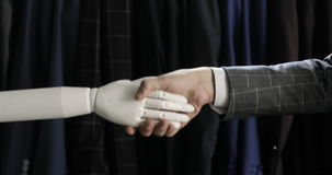 Moderne robotachtige technologieën Een mens communiceert met een robot, drukt een plastic mechanisch wapen aan de robot, handdruk stock video