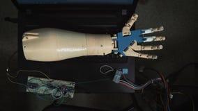 Moderne robotachtige technologieën in wetenschap De androïde de handbewegingen van ` s met mechanische vingers op testwijze De ha stock video