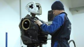 Moderne Robotertechnologien Der Ingenieur stellt einen modernen Roboter oder das androide her Produktion und Fertigung von Robote stock footage