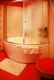 Moderne rode badkamers Stock Foto