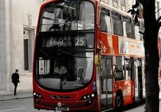 Moderne rode dubbeldekkerbus in Londen stock afbeelding