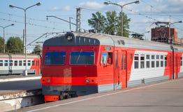 Moderne rode elektrische trein in de voorsteden Royalty-vrije Stock Afbeelding