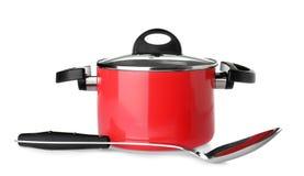 Moderne rode schone die steelpan en lepel op wit wordt geïsoleerd royalty-vrije stock foto