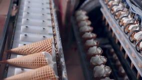 Moderne roomijs automatische productielijn Automatisch materiaal bij de voedselfabriek stock videobeelden