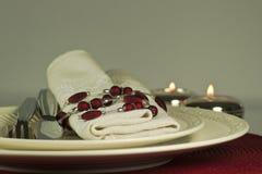 Moderne rote candlelit Tabellenplatzeinstellung, Abschluss oben Lizenzfreie Stockbilder