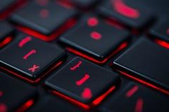 Moderne rote hintergrundbeleuchtete Tastatur, Konzept Stockfotografie