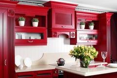 Moderne rote Küche mit stilvollen Möbeln Stockfoto