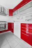 Moderne rote und weiße Küche Stockfoto