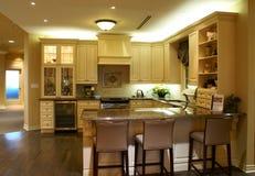 Moderne ruime keuken Stock Afbeeldingen