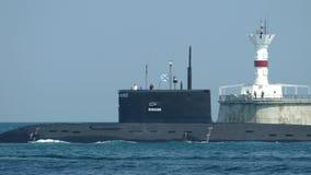 Moderne Russische raketonderzeeër uit aan overzees stock video