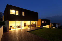 Moderne 's nachts huizen stock fotografie