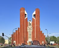 Moderne sacral architectuur - St Thomas Apostle kerk in Warshau, Polen Stock Foto's