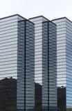 Moderne salut-se lèvent l'immeuble de bureaux de corporation Image stock