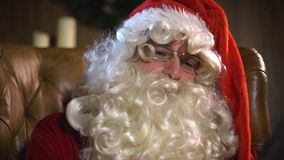 Moderne Santa Claus die tabletpc met behulp van stock footage