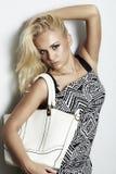 Moderne schöne blonde Frau mit Handtasche Lizenzfreie Stockbilder