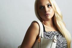 Moderne schöne blonde Frau mit mit Handtasche. Einkauf Lizenzfreie Stockfotografie