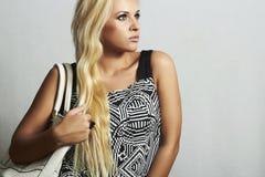 Moderne schöne blonde Frau mit mit Handtasche. Einkauf Stockfotos