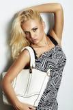 Moderne schöne blonde Frau mit mit Handtasche. Einkauf Stockfoto