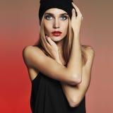 Moderne schöne junge Frau in der Kappe blondes Mädchen der Schönheit im Hut Stockbilder
