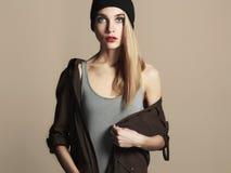 Moderne schöne junge Frau im Hut blondes Mädchen der Schönheit in der Kappe Stockfotografie