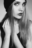 Moderne schöne junge Frau im Hut blondes Mädchen der Schönheit in der Kappe Lizenzfreies Stockfoto