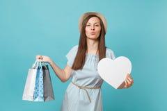 Moderne Schönheit des Porträts im Sommerkleid, Strohhut, der Pakettaschen mit Käufen nach dem Einkauf hält lizenzfreie stockfotografie