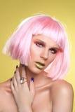 Moderne Schönheit, die eine angeredete Perücken-Nahaufnahme trägt Stockfoto