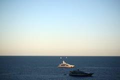 Moderne schepen voor de kust Stock Foto's