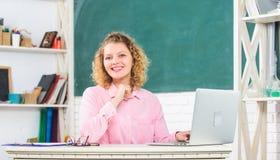 Moderne School Lerarendag Online vrouwen het werk Het afstandsonderwijs Lerarenforum Opvoeder die Internet surfen royalty-vrije stock afbeeldingen