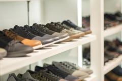 Moderne Schuhe in einem Speicher Lizenzfreies Stockbild