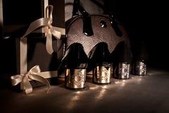 Moderne Schuhe mit einem Gold folgt glänzender Handtasche und Geschenkbox auf den Fersen Stockfotos