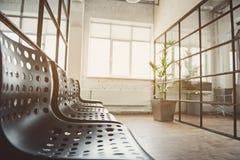 Moderne Sitze, die anstelle des Geschäfts aufstellen stockfoto